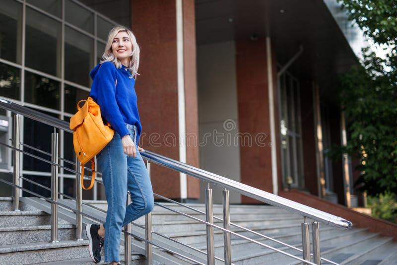 Młoda kobieta studiuje fotografia royalty free