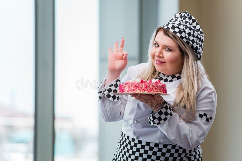 Młoda kobieta szefa kuchni narządzania deseru cak obrazy stock