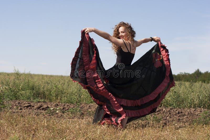 Młoda kobieta tanczy outdoors w długiej spódnicie zdjęcie stock
