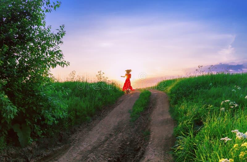 Młoda Kobieta taniec Przeciw położenia słońcu zdjęcie stock
