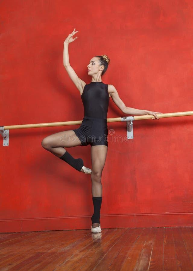 Młoda Kobieta taniec Przy baleta barem W studiu zdjęcia royalty free