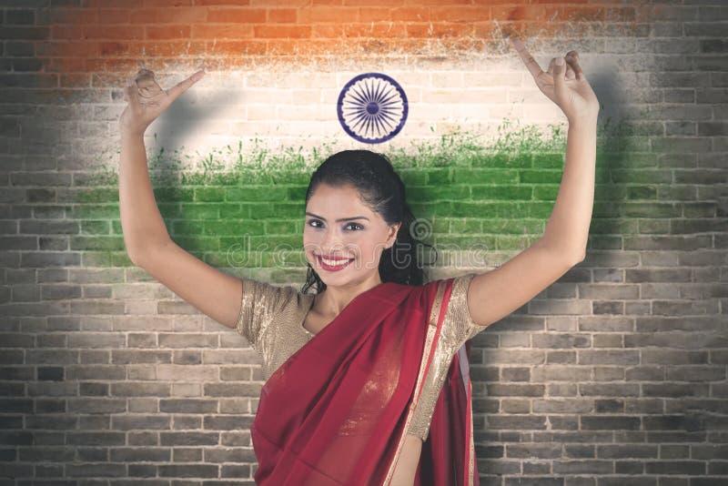 Młoda kobieta taniec z India flagi tłem zdjęcia royalty free