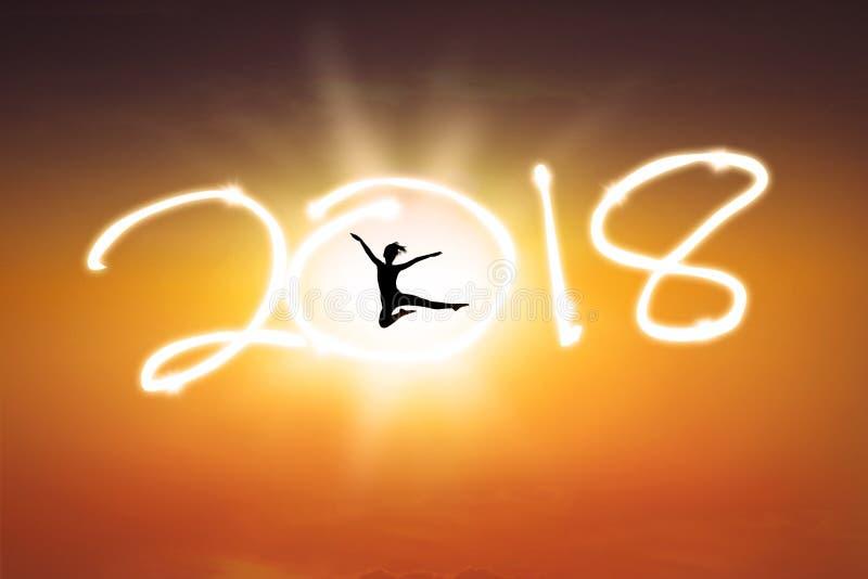 Młoda kobieta taniec z liczbą 2018 ilustracja wektor