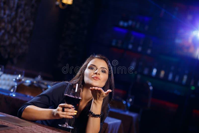 Młoda kobieta target645_1_ ciosu romantycznego buziaka zdjęcia royalty free