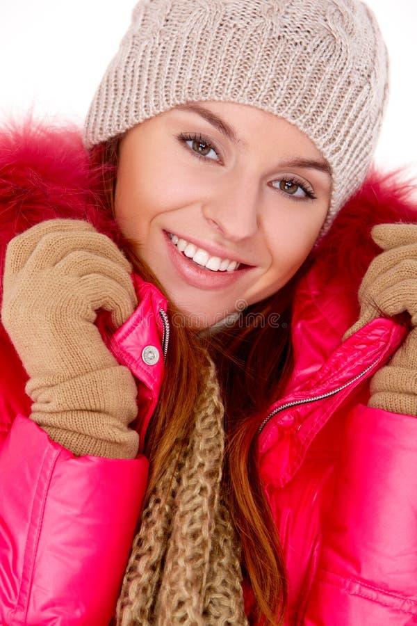 Młoda kobieta target319_0_ zima kurtki szalika i nakrętkę fotografia stock