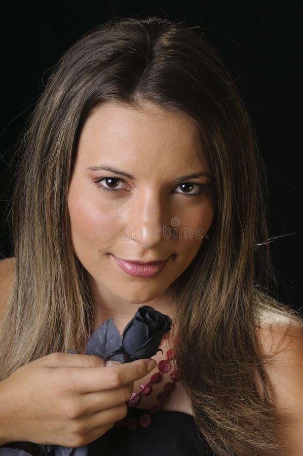 Młoda kobieta target333_1_ czarny wzrastał obrazy royalty free
