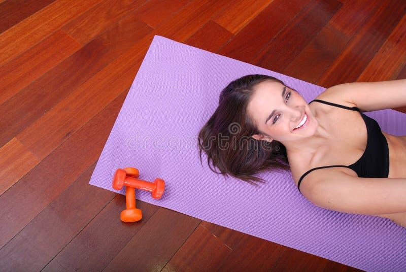 Młoda kobieta target349_0_ w sprawności fizycznej centrum zdjęcia stock