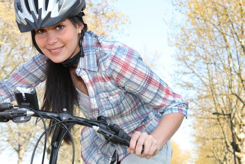 Młoda kobieta target759_1_ bicykl zdjęcie royalty free