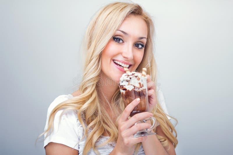 Młoda kobieta target998_0_ lodową kawę zdjęcia royalty free
