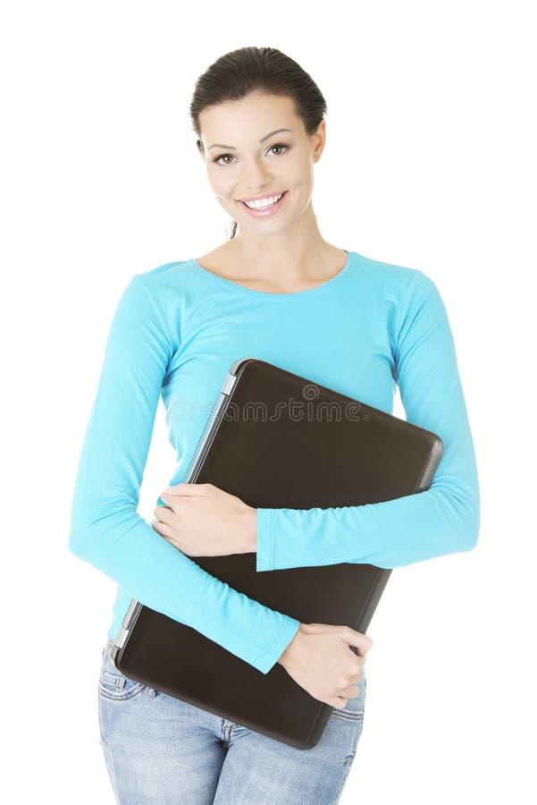 Młoda kobieta trzyma 17 calowego laptop zdjęcie royalty free