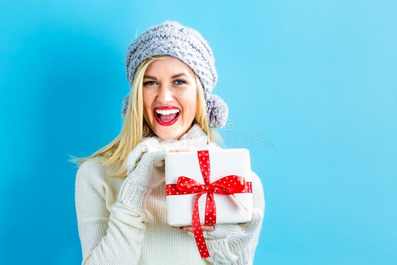 Młoda kobieta trzyma Bożenarodzeniowego prezent zdjęcie royalty free
