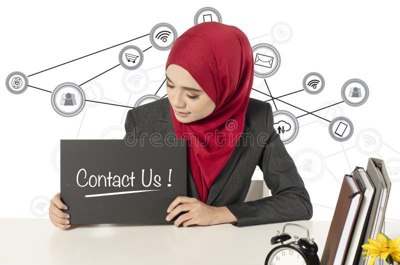 Młoda kobieta trzyma czerni deskę z słowem kontakt USA obrazy stock