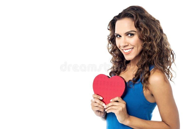 Młoda kobieta trzyma czerwonego papierowego serce fotografia royalty free
