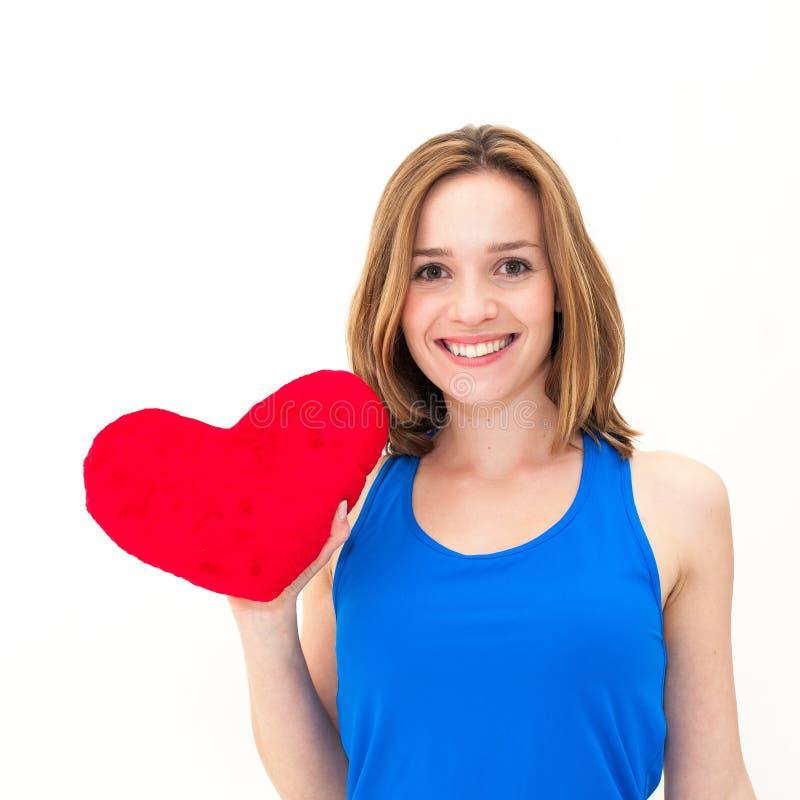 Młoda kobieta trzyma czerwonego serce obraz stock