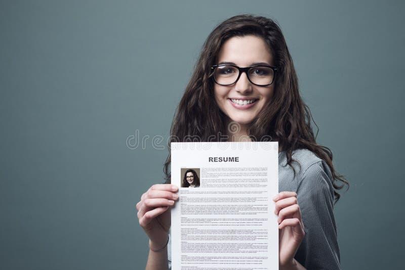Młoda kobieta trzyma jej życiorys zdjęcie stock