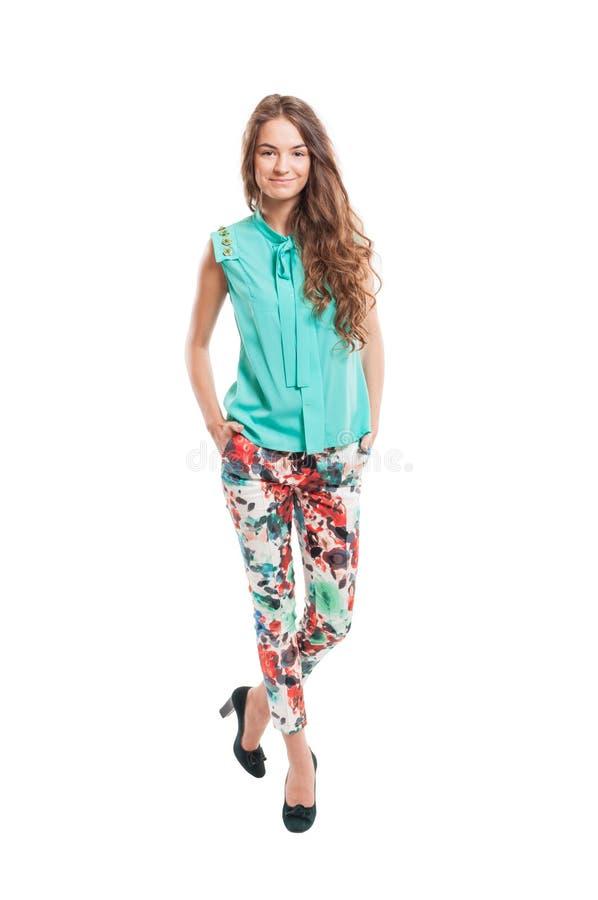 Młoda kobieta trzyma jej ręki w spodniach wkładać do kieszeni obrazy stock