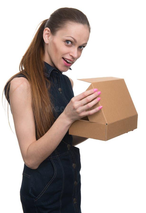 Młoda kobieta trzyma karton odosobniony fotografia stock