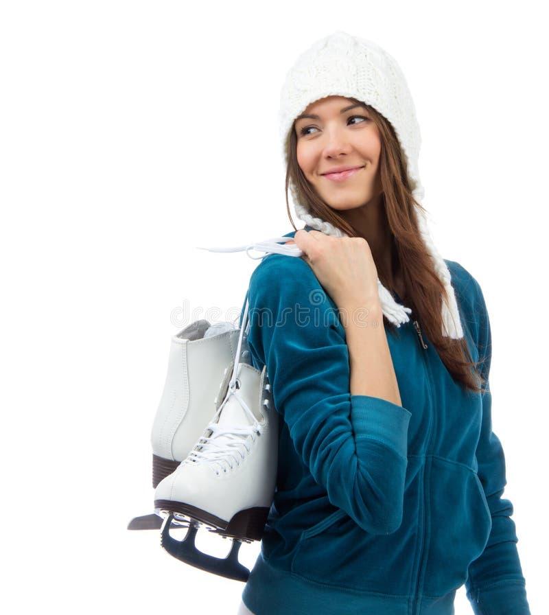 Młoda kobieta trzyma lodowe łyżwy dla zimy jazda na łyżwach sporta acti obraz royalty free
