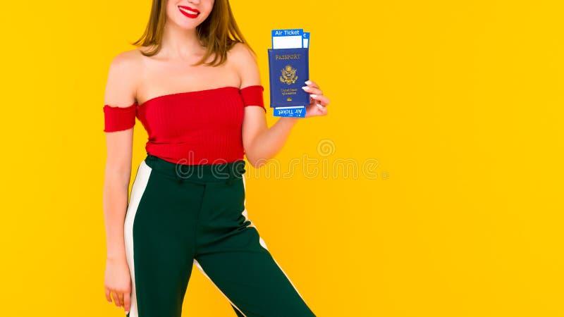 Młoda kobieta trzyma paszport i linia lotnicza bilety Ostrość na ręce z biletami fotografia stock
