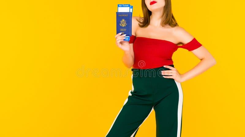 Młoda kobieta trzyma paszport i linia lotnicza bilety Ostrość na ręce z biletami zdjęcia royalty free