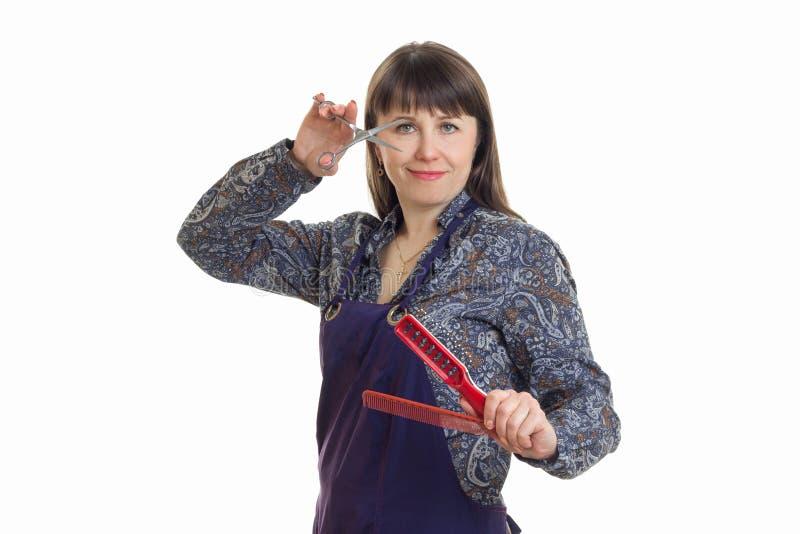 Młoda kobieta trzyma stylista włosianą prostownicę dla włosy zdjęcia stock