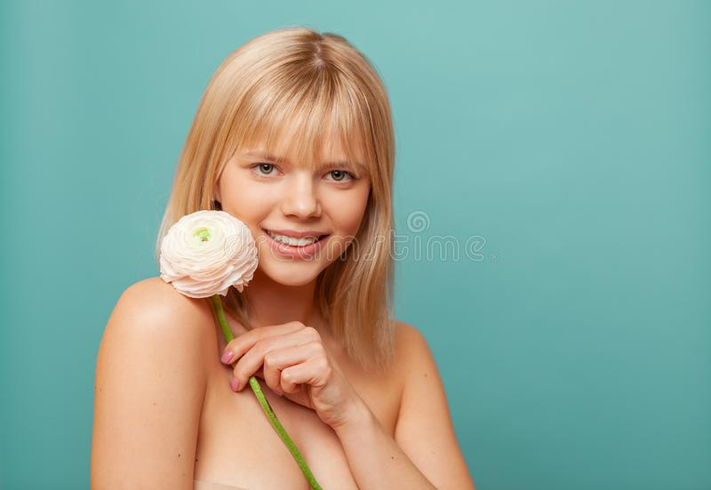 Młoda kobieta trzyma z świeżą zdrową skórą, włosami i Kosmetologia, piękno i zdrój, zdjęcie royalty free
