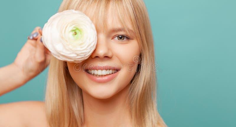 Młoda kobieta trzyma z świeżą zdrową skórą, włosami i Kosmetologia, piękno i zdrój, fotografia royalty free