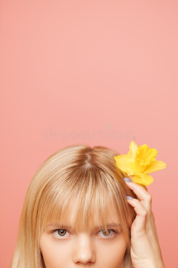 Młoda kobieta trzyma z świeżą zdrową skórą, włosami i Kosmetologia, piękno i zdrój, obraz stock