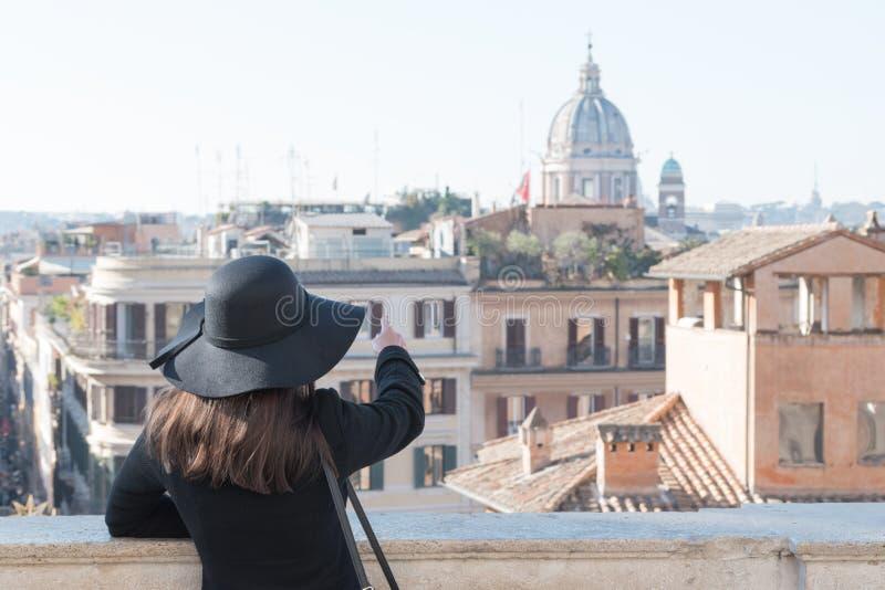 Młoda kobieta turysta cieszy się pięknego krajobrazowego widok obrazy stock
