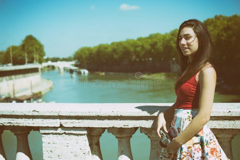 Młoda kobieta turysta relaksujący w Rzym obrazy stock