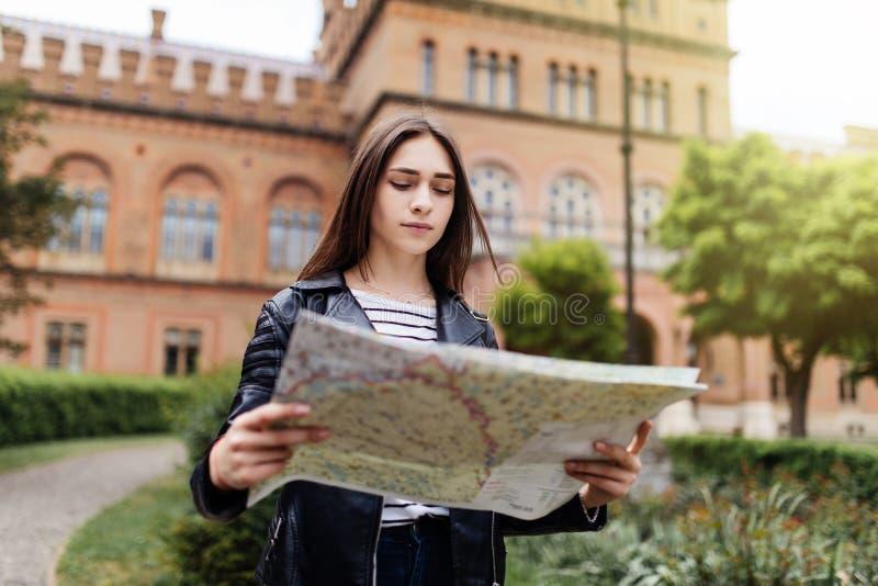 Młoda kobieta turystyczna patrzejący mapę na ulicie europejski miasto, podróż Europa fotografia stock