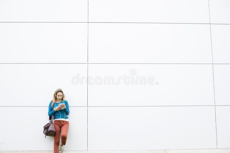 Młoda kobieta używa cyfrową pastylkę przy plenerowym obrazy royalty free