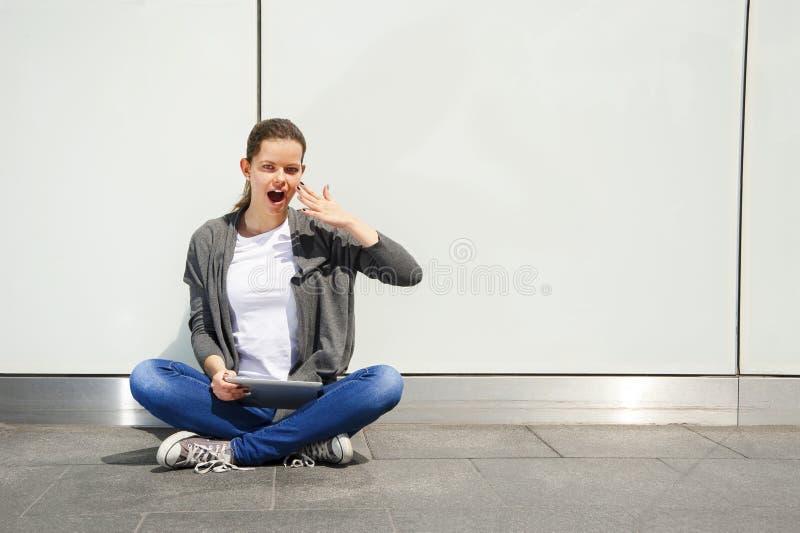 Download Młoda Kobieta Używa Pastylkę Opiera Izolować, Bardzo Szokować Emocje Nad Biel ścianą Zdjęcie Stock - Obraz złożonej z ekran, szczęście: 53790180