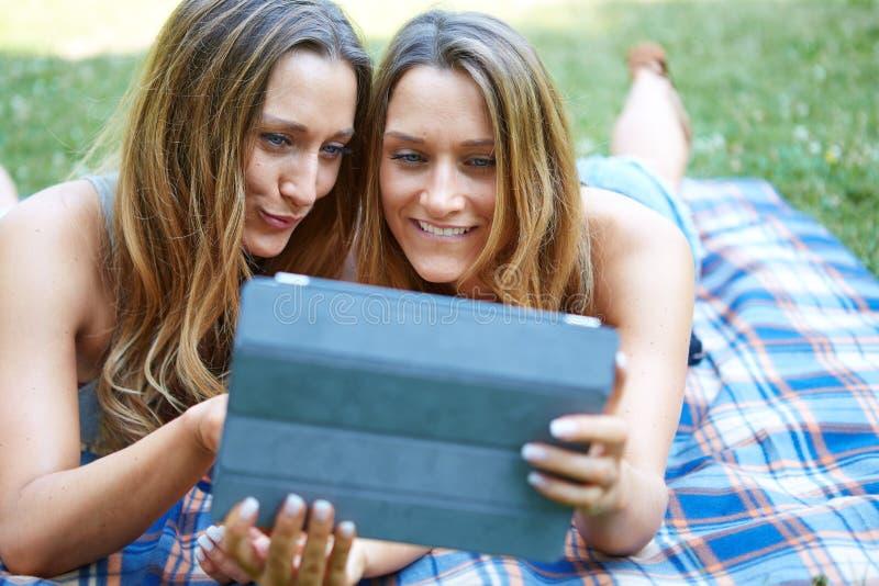 Młoda kobieta używa pastylkę plenerową zdjęcia stock
