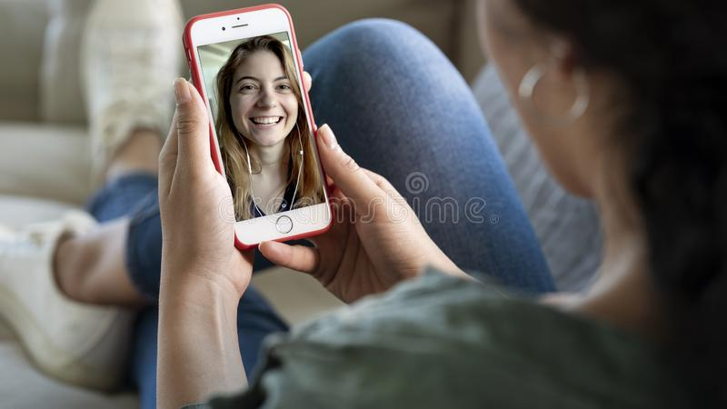 Młoda kobieta używa smartphone dla wideo wezwania fotografia stock