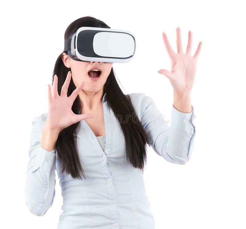 Młoda kobieta używa VR słuchawki na białym tle obraz royalty free