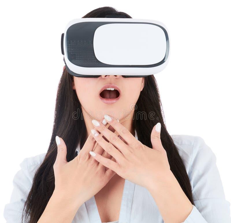 Młoda kobieta używa VR słuchawki na białym tle fotografia stock