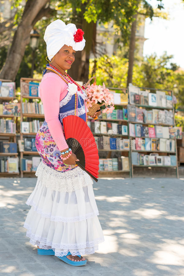 Młoda kobieta ubierająca z typowym odziewa w Hawańskim zdjęcia royalty free