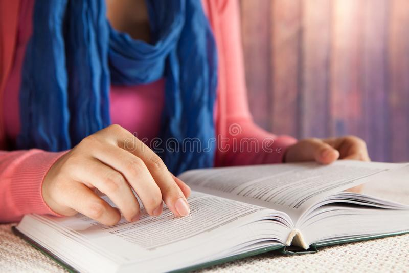 Młoda kobieta uczeń czyta książkę indoors, czasu wolnego lub edukacji, pojęcie obraz stock