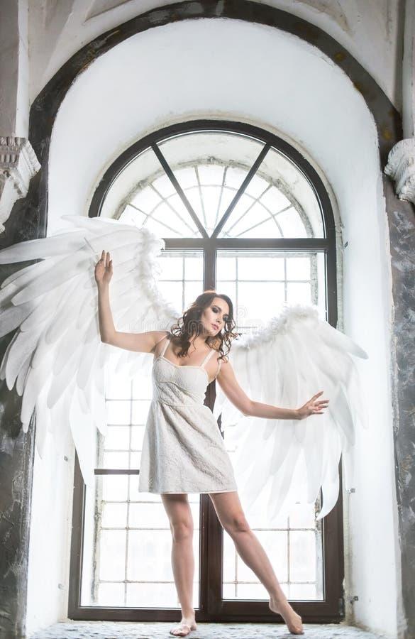 Młoda kobieta w anioła kostiumu obrazy stock