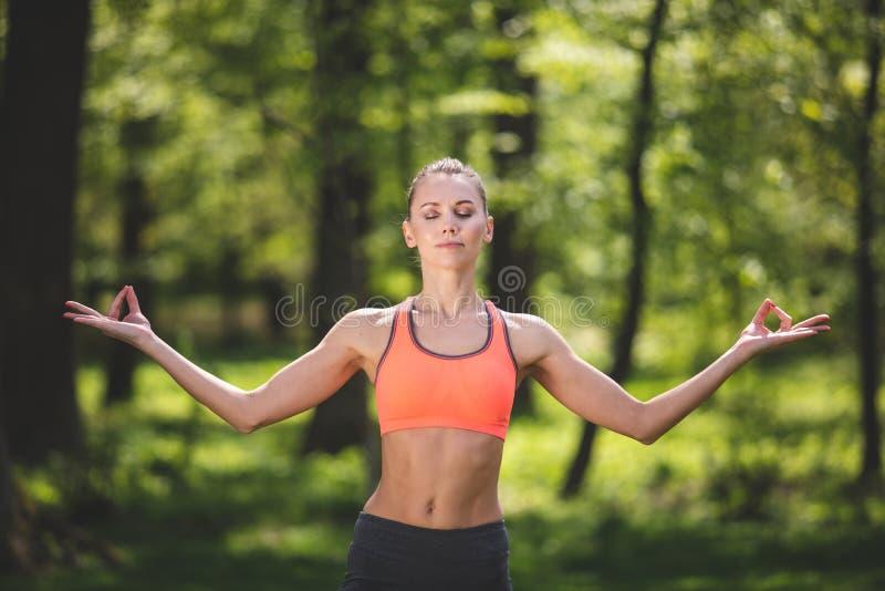 Młoda kobieta w asana cieszy się związek z naturą fotografia royalty free