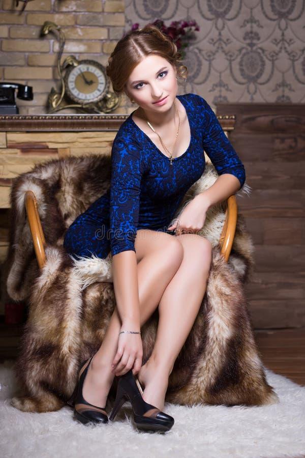 Młoda kobieta w błękita i czerni sukni zdjęcie royalty free