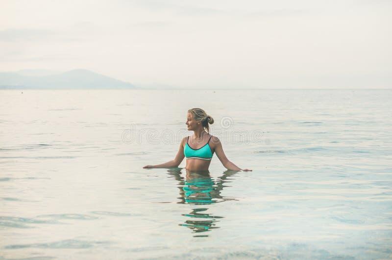 Młoda kobieta w błękitnej swimsuit pozyci w morzu w Alanya zdjęcie royalty free