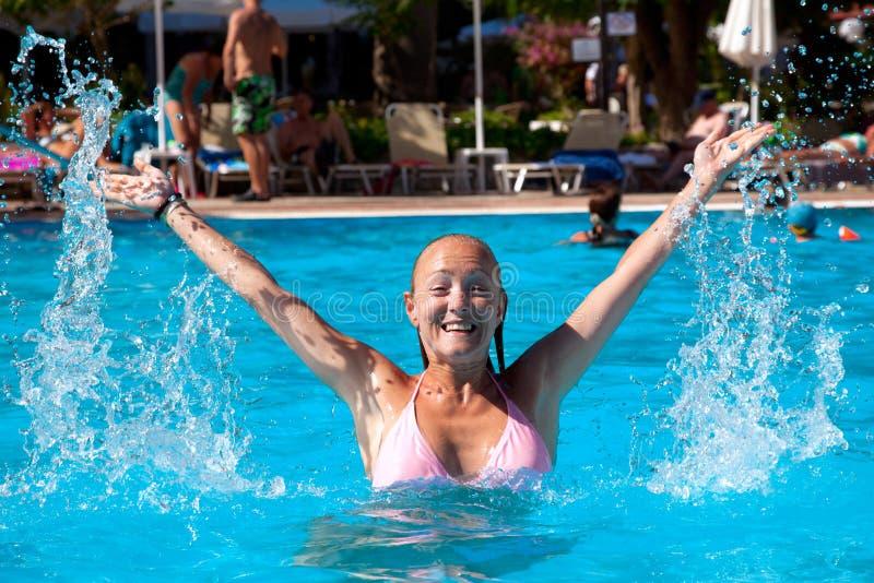 Młoda kobieta w basenie obraz royalty free
