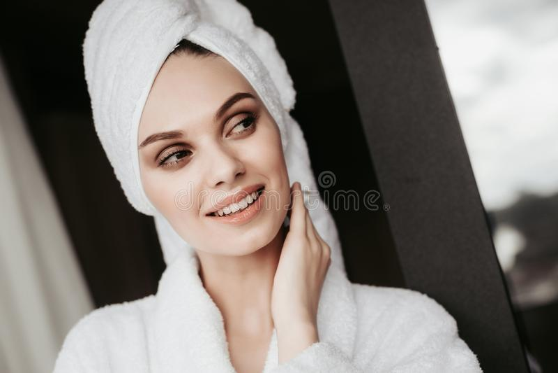 Młoda kobieta w bathrobe pozycji na tarasie obrazy stock