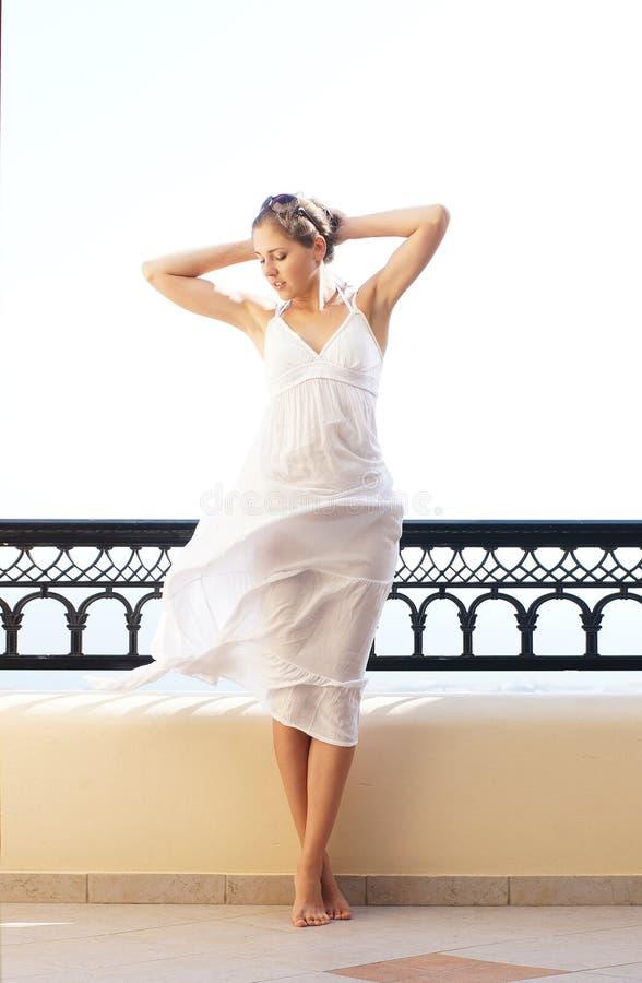 Download Młoda Kobieta W Białej Sukni Na Kurortu Tle Obraz Stock - Obraz złożonej z morze, piękno: 28964017