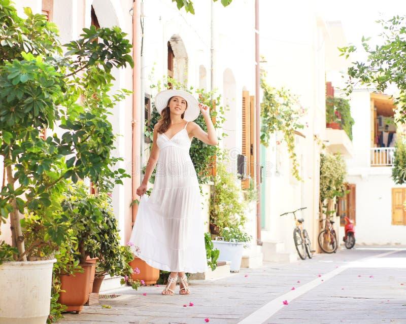 Młoda kobieta w białej sukni na wakacje zdjęcia royalty free