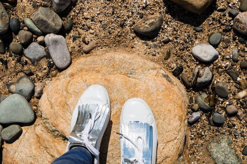 Młoda Kobieta w Białych Sneakers, Odgórny widok zdjęcia stock
