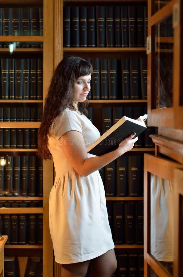 Młoda kobieta w bibliotece obraz royalty free