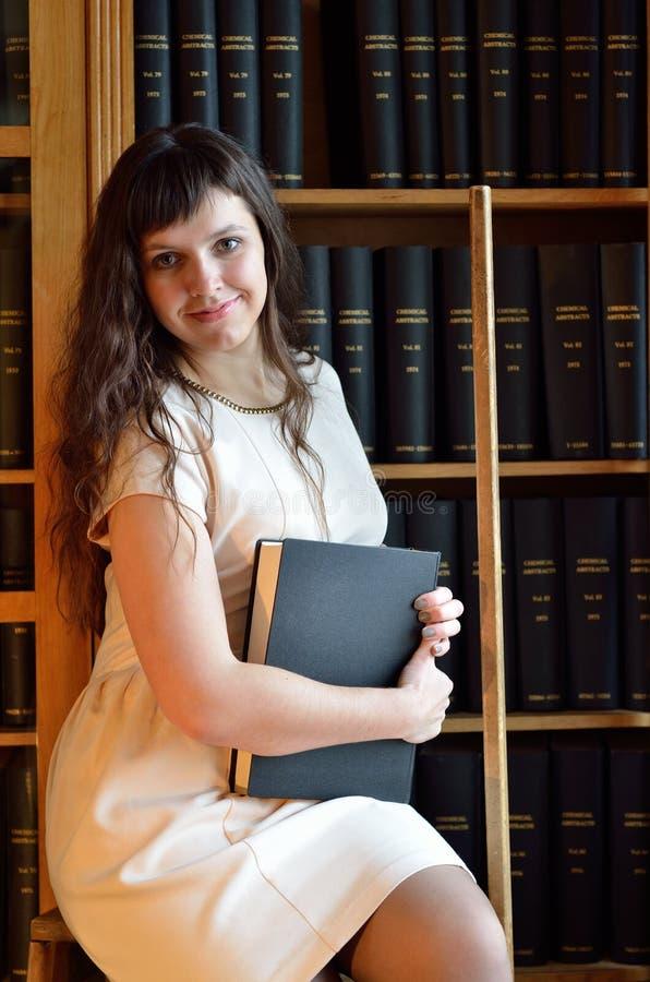 Młoda kobieta w bibliotece obraz stock